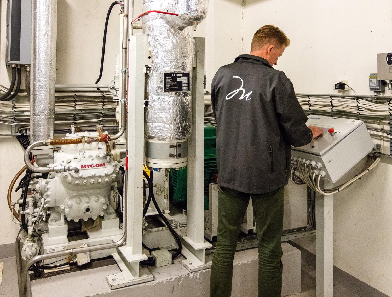 Teknikker fra Malling & Co inspiserer varmepumpeanlegg.